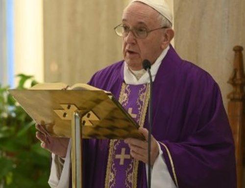 Francesco prega per i medici e i sacerdoti morti